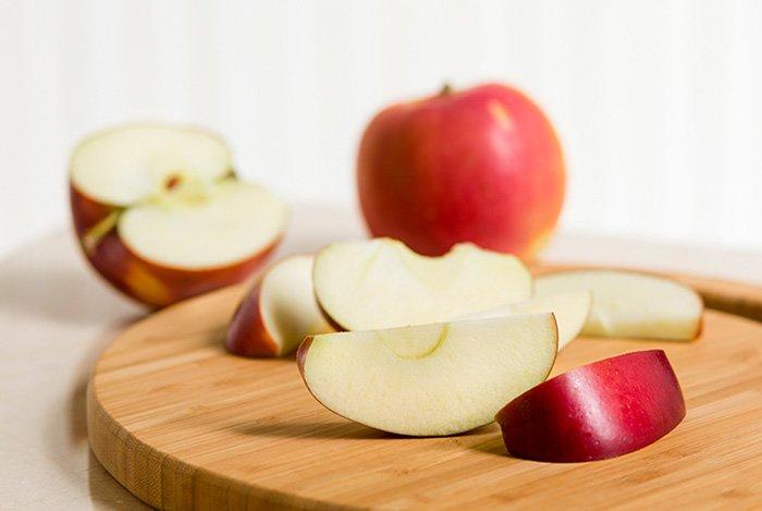нарезанные красные яблоки