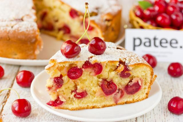 Творожный пирог из черешни