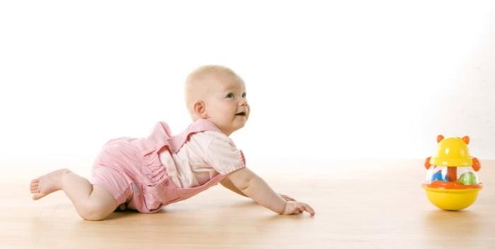 ребенок ползет за игрушкой