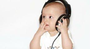 малыш слушает музыку в 4 месяца