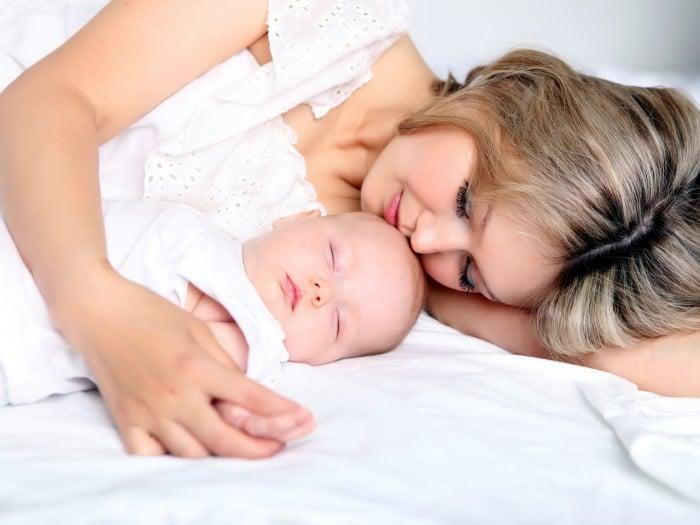 мама с ребенком спят