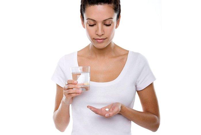 прием таблетки для прекращения лактации