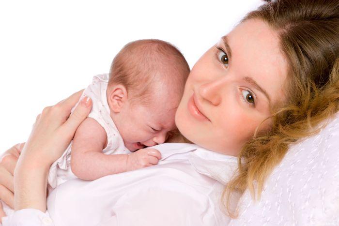 малыш плачет во время и после кормления