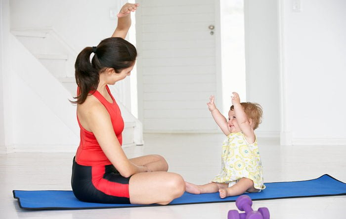 мама с ребенком делают зарядку