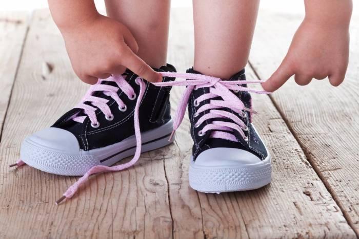возраст для завязывания шнурков