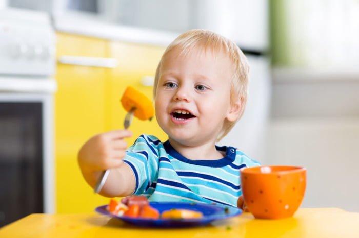 ребенок ест яркую еду