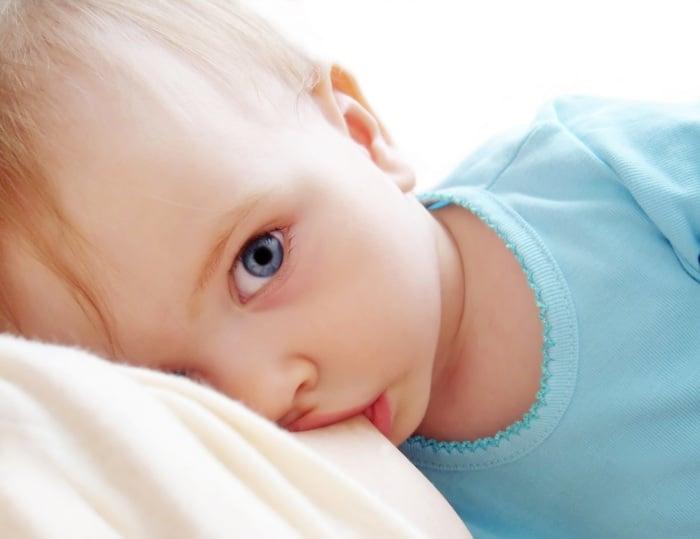 ребенок ест молозиво