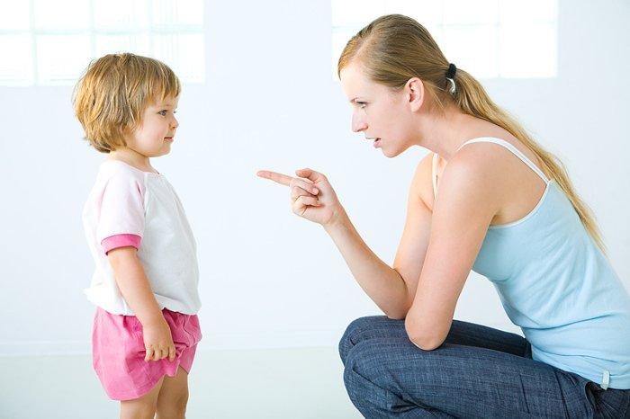 мама объясняет сыну как себя вести
