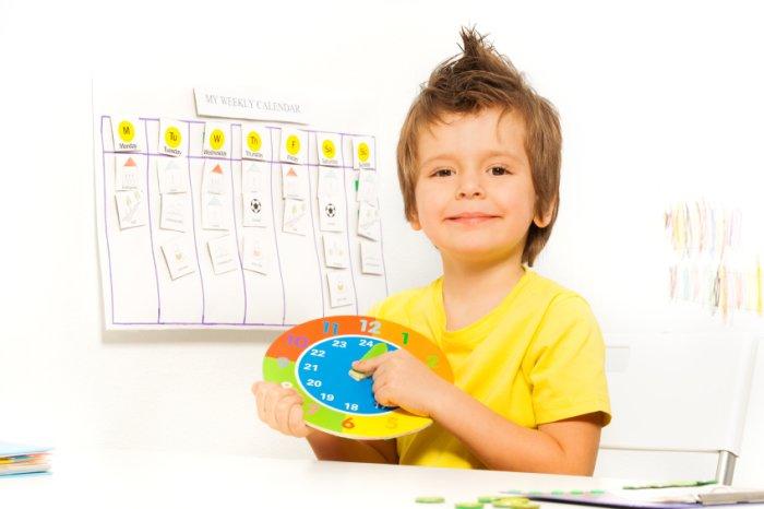 ребенок учится определять время по календарю