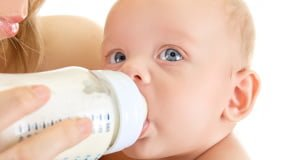 как кормить ребенка из бутылочки
