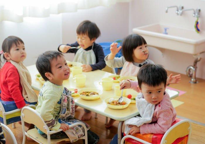 дети вместе едят ложками