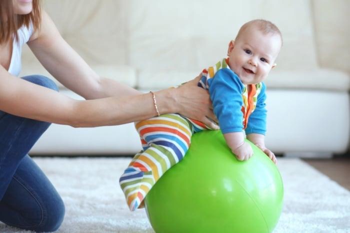 как держать ребенка во время занятий на фитболе