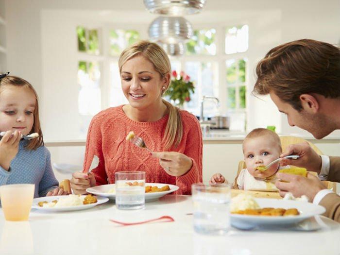 малыш за столом с родителями