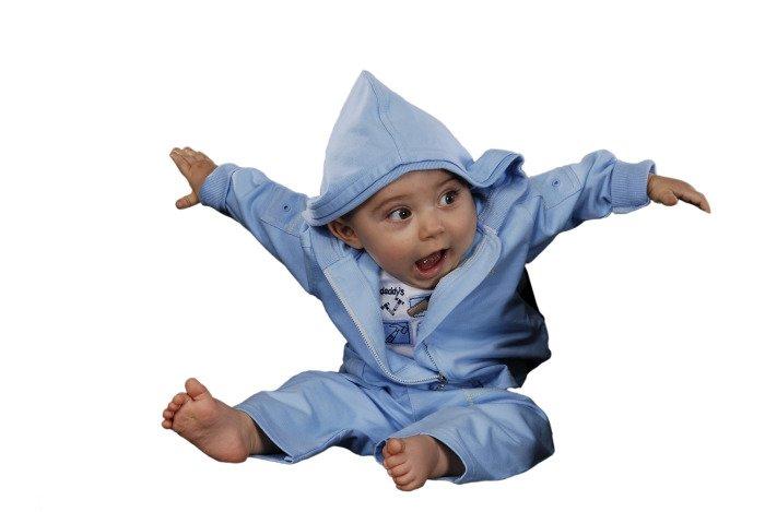 малыш в тесной одежде
