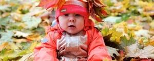 малыш в осенней одежде