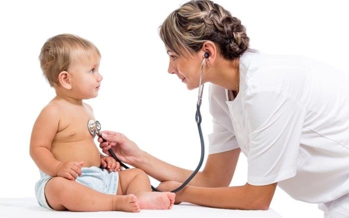 малыш проходит обследование у врача