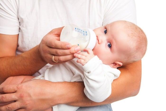 ребенок ест молочную смесь