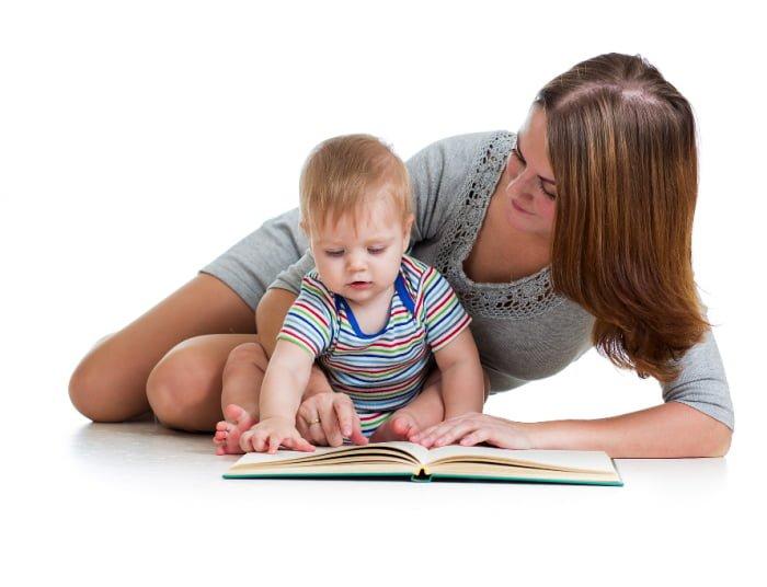 мама читает книжку малышу перед сном