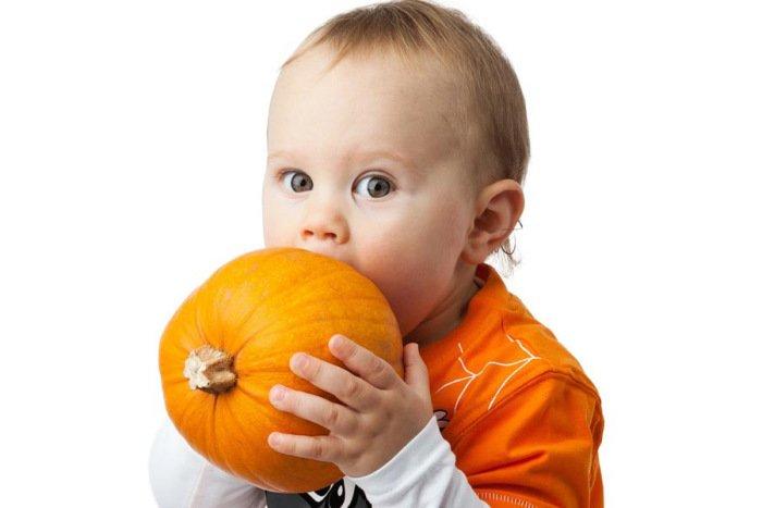 малыш ест тыкву