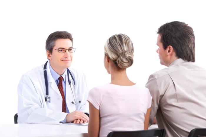 семейная пара на приеме у врача