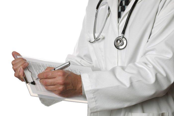 врач делает заметки по пациенту