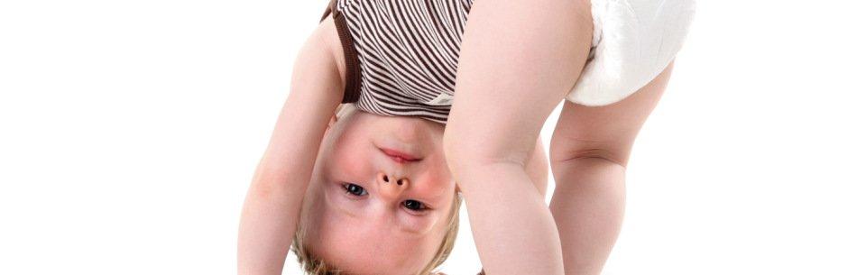 малыш в подгузнике и легкой одежде