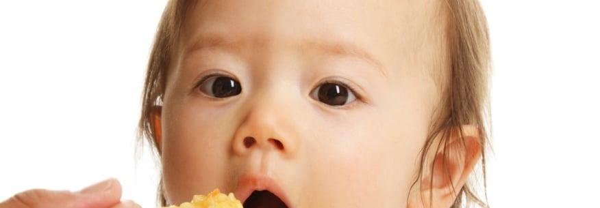 малыш ест желток