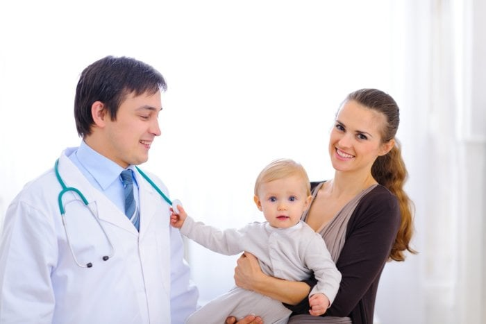 мама с грудничком у педиатра