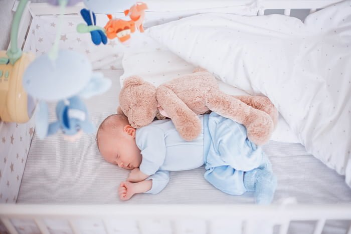 малыш спит в кроватке на вырост