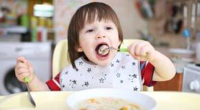 ребенок ест тефтели