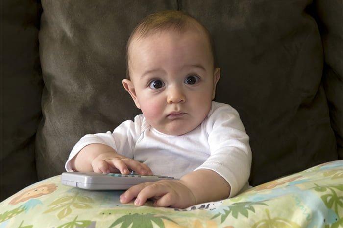 малыш сидит перед телевизором