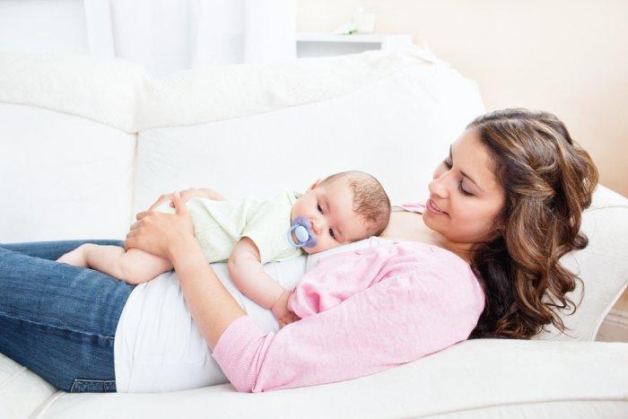 малыш лежит на маме