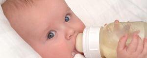 бутылочка с молочной смесью для новорожденного