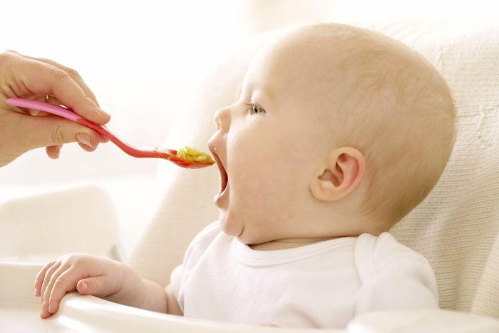 малыш ест прикорм с ложки