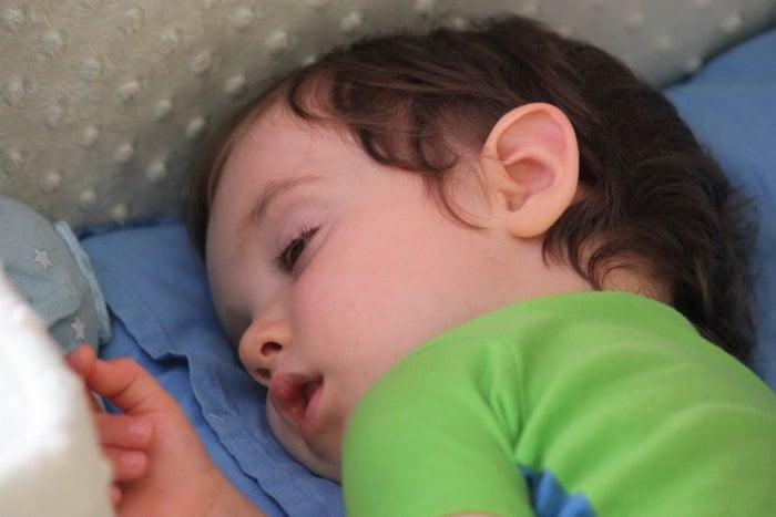 ребенок спит с приоткрытыми глазами