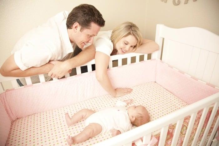 сон малыша в кроватке