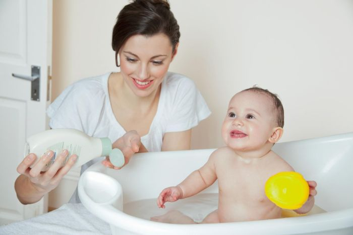 купание грудничка в ванночке