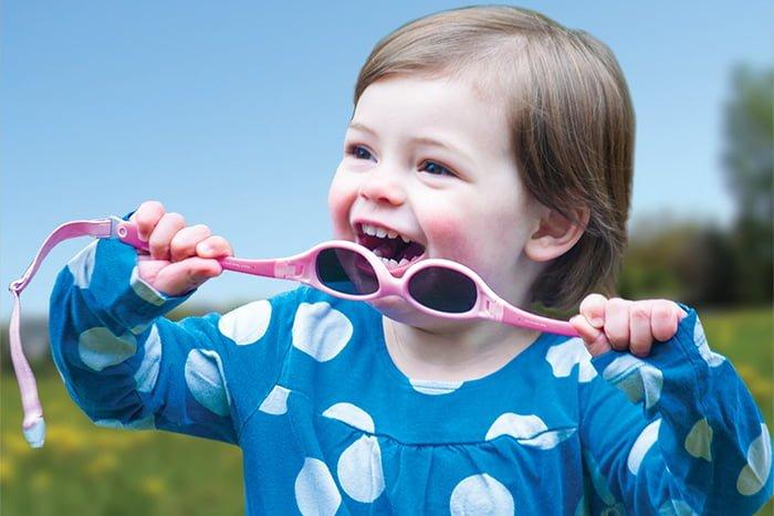 ребенок тянет очки в рот