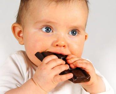 грудничок ест шоколад