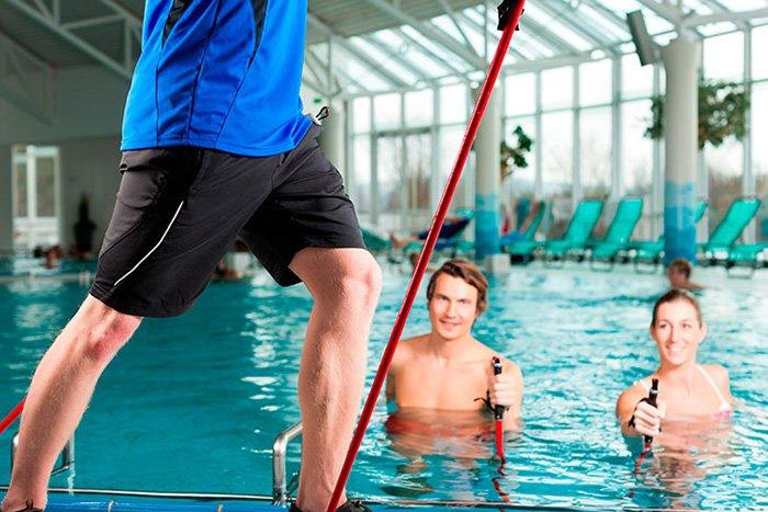 инструктор в бассейне