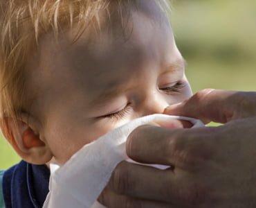 отец высмаркивает нос сыну
