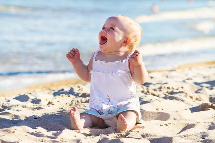 грудничок на пляже