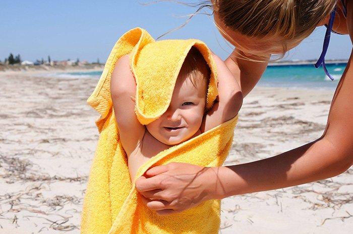 мама вытирает малыша полотенцем