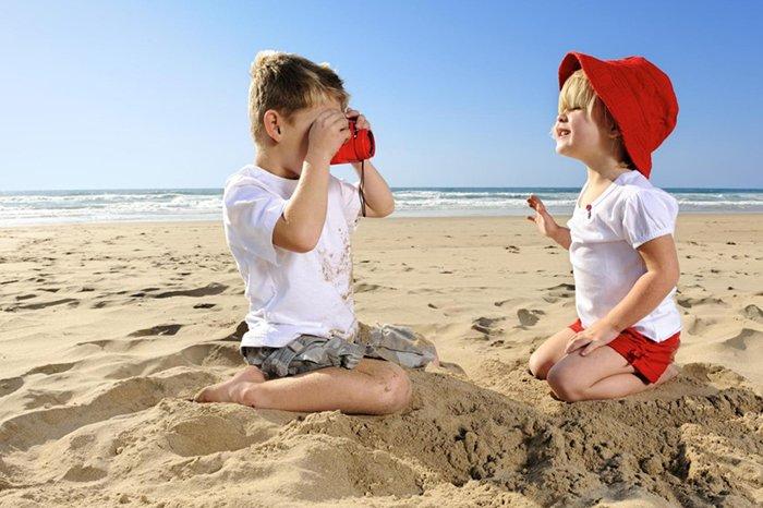 дети играют на море
