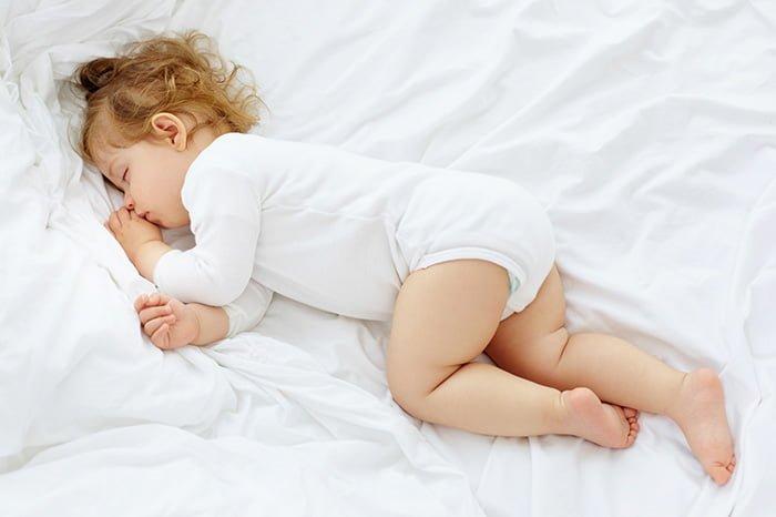 маленькая девочка спит днем