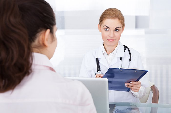 врач назначает лечение пациентке