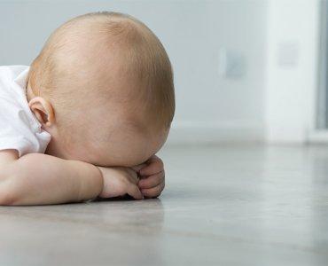 малыш лежит на полу