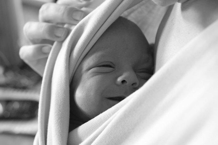 счастливый малыш у мамы на груди