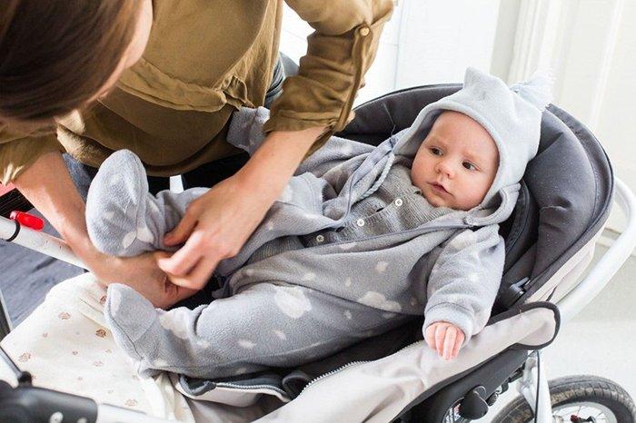 мама одевает малыша на прогулку