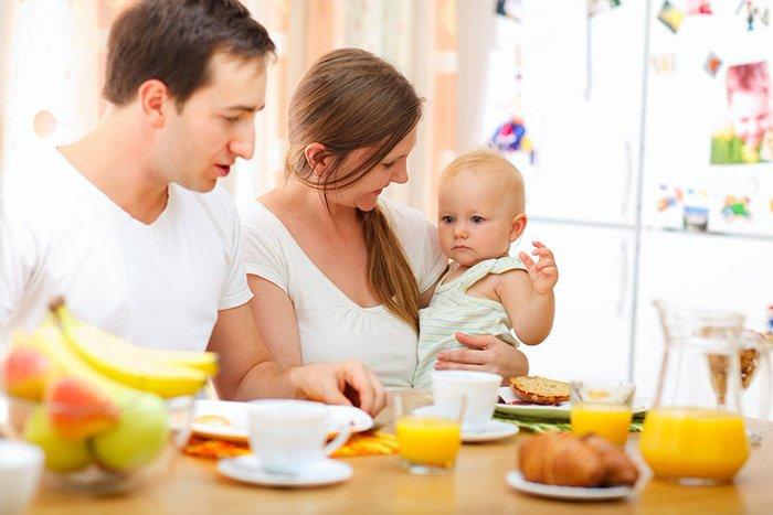 грудничок за столом с родителями